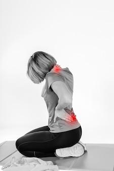 Vrouw met pijnlijke nek en rug