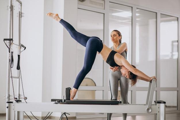 Vrouw met pilates trainer beoefenen van pilates