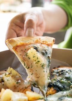 Vrouw met plak italiaanse pizza