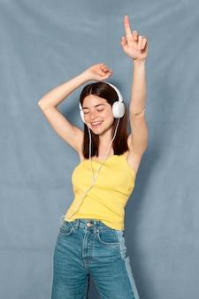 Vrouw met plezier met een koptelefoon