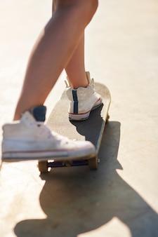 Vrouw met plezier met skateboarden