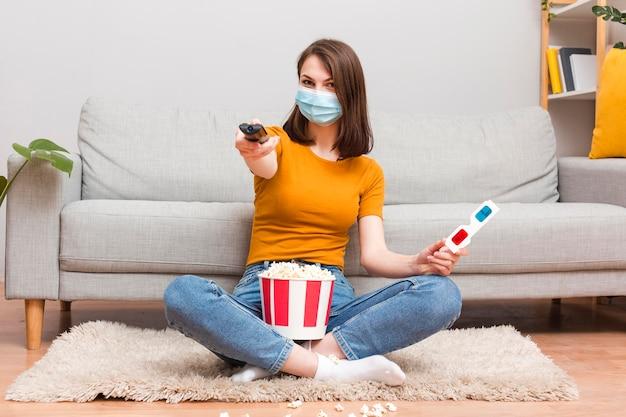 Vrouw met popcorn kijken naar film
