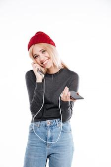 Vrouw met powerbank en smartphone