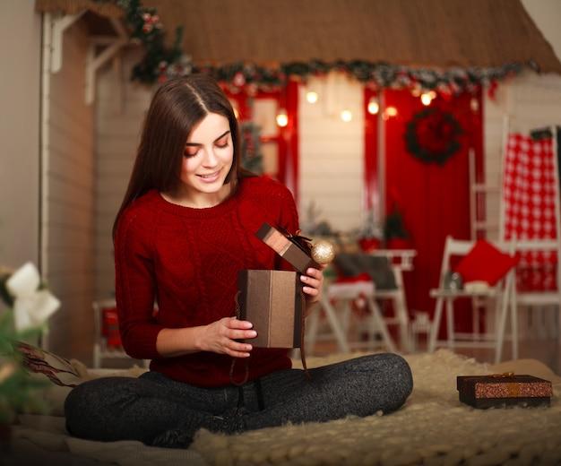 Vrouw met presenteert met kerstdecoratie