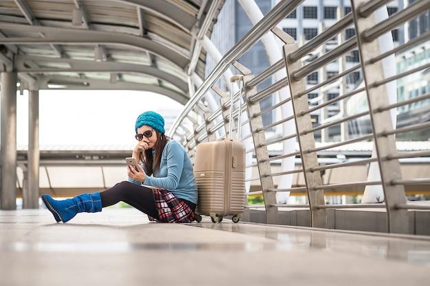 Vrouw met probleem met vervoer, vertraging van vlucht