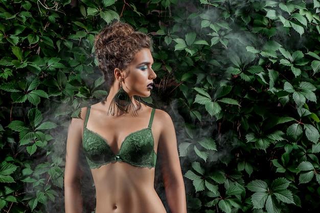 Vrouw met professionele make-up draaien haar hoofd aan kant buiten.