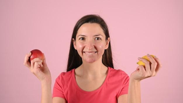 Vrouw met puistjes en fruit in haar handen