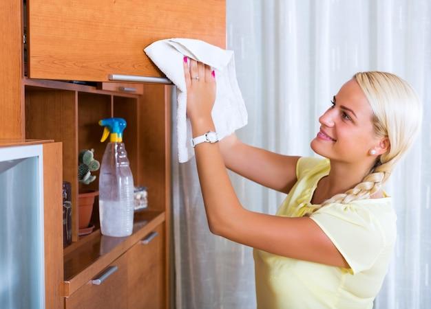 Vrouw met regelmatige schoonmaak