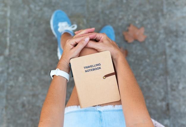 Vrouw met reisnotitieboekje