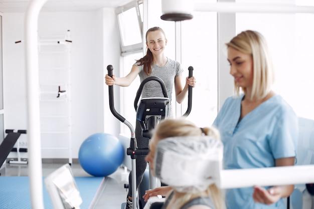 Vrouw met revalidatie na letsel in fysiotherapie kamer