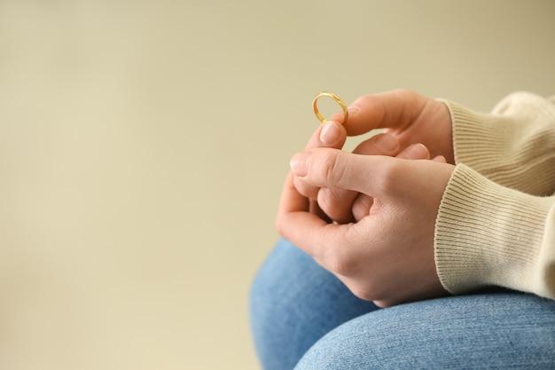 Vrouw met ring, close-up. concept van echtscheiding