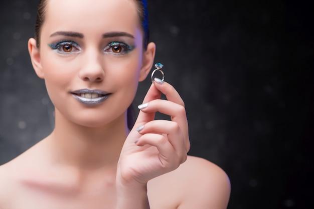Vrouw met ring in schoonheidsconcept