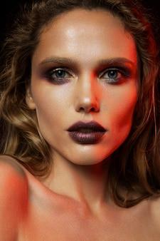 Vrouw met rode make-up. schoonheid schieten