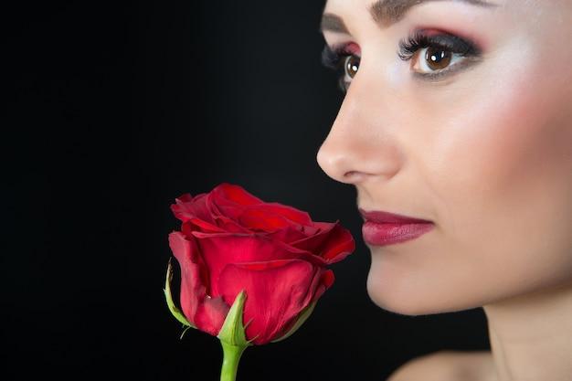 Vrouw met rode roos. schoonheid met bloem. sensuele schoonheid. teder als bloem. huidverzorging en spabehandeling. valentijnsdag en datum concept. cadeau met liefde. vrouwendag.
