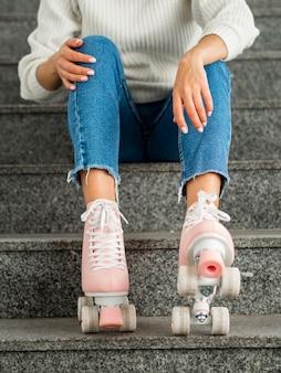 Vrouw met rolschaatsen op trappen