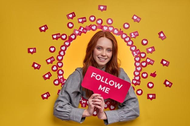Vrouw met rood haar vraagt om blog op internet te volgen, vrouw leidt actief leven op sociale media