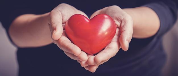 Vrouw met rood hart