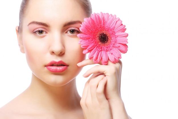 Vrouw met roze gerberbloem