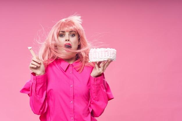 Vrouw met roze haar brownie met snoep snoep