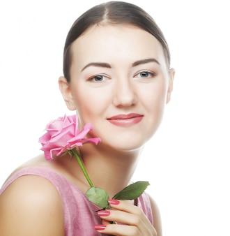 Vrouw met roze roos