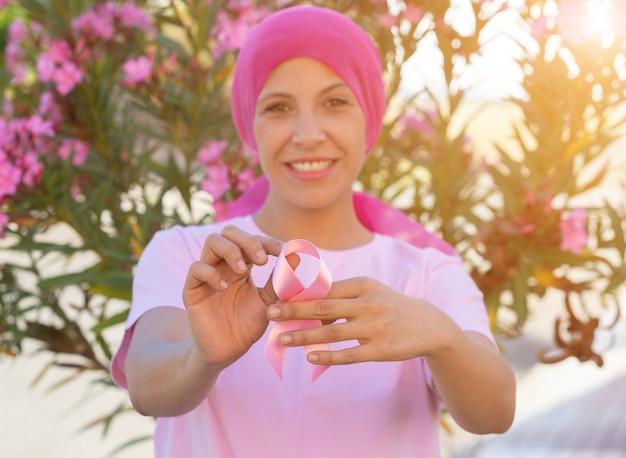Vrouw met roze sjaal op het hoofd