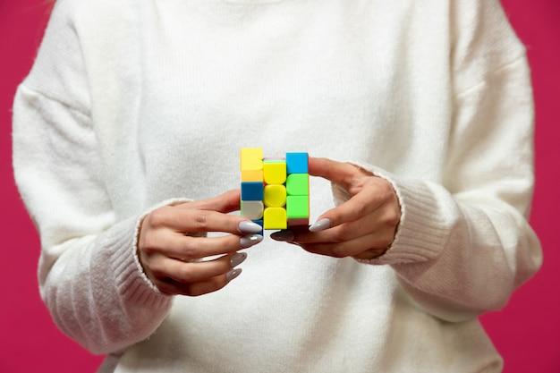 Vrouw met rubik's kubus in handen