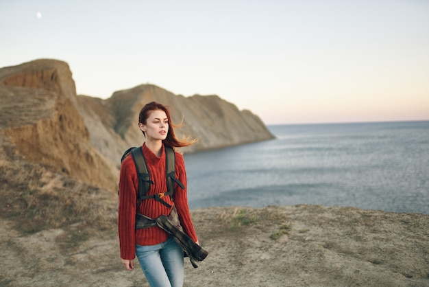 Vrouw met rugzak bergen landschap toerisme reizen avontuur zee model
