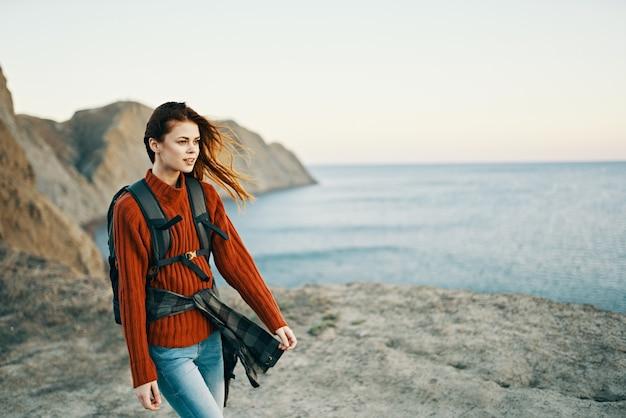Vrouw met rugzak bergen landschap toerisme reizen avontuur zee
