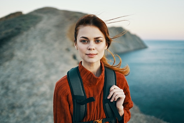 Vrouw met rugzak in bergen wandelen reisavontuur vrijheid