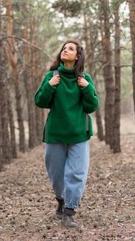 Vrouw met rugzak in de natuur