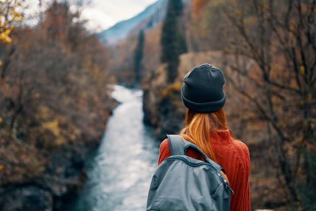 Vrouw met rugzak in het bos