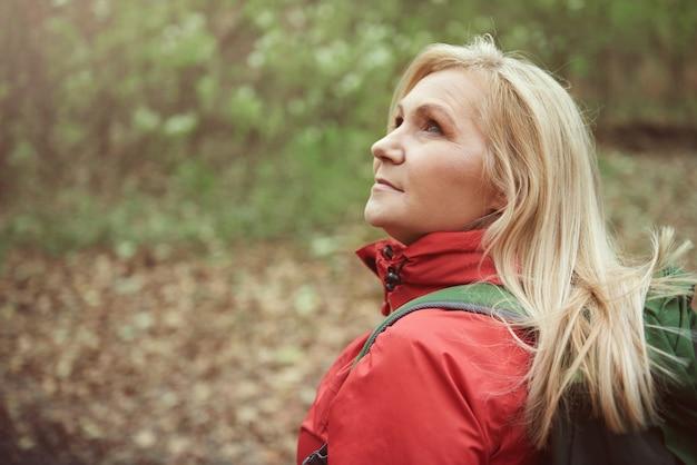 Vrouw met rugzak klaar om te wandelen