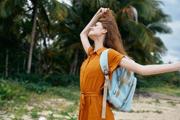 Vrouw met rugzak op het eiland reistoerisme
