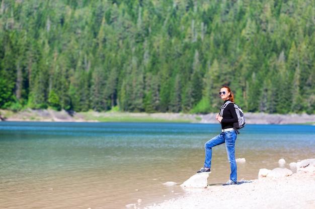 Vrouw met rugzak op het meer