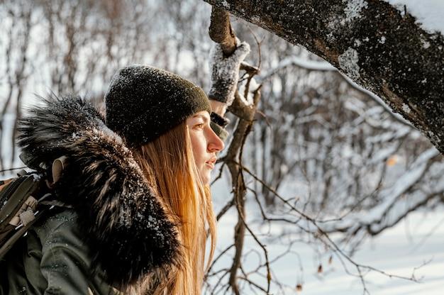Vrouw met rugzak op winterdag