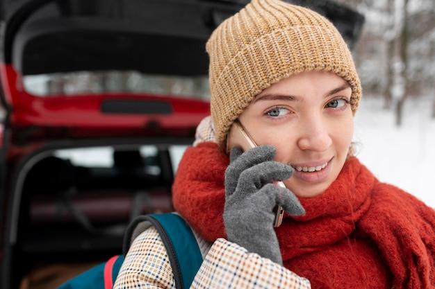 Vrouw met rugzak praten op mobiel