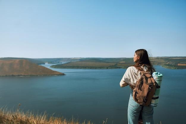 Vrouw met rugzak wandelen in nationaal park podillya tovtry
