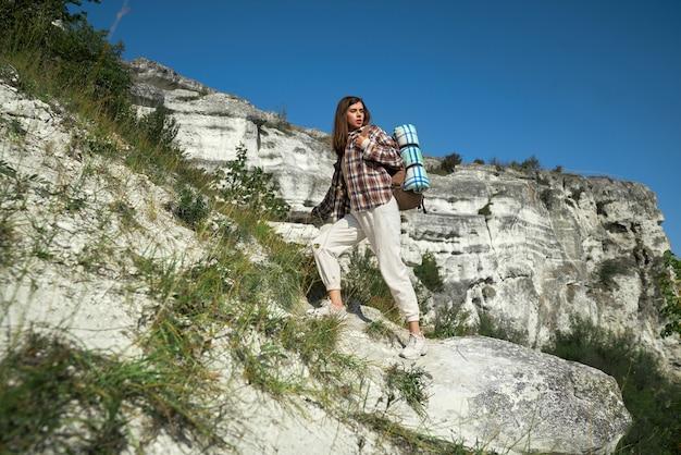 Vrouw met rugzak wandelen in park podillya tovtry