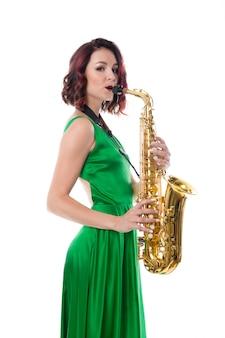 Vrouw met saxofoon op wit wordt geïsoleerd dat