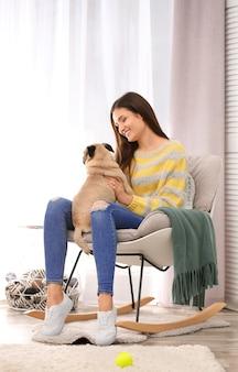 Vrouw met schattige hond thuis. vriendschap tussen huisdier en eigenaar