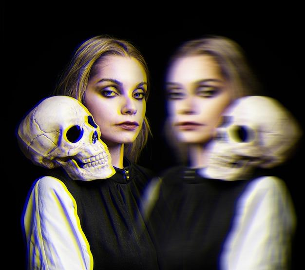 Vrouw met schedel op haar schouder en glitch effect