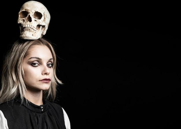 Vrouw met schedel op hoofd en exemplaarruimte