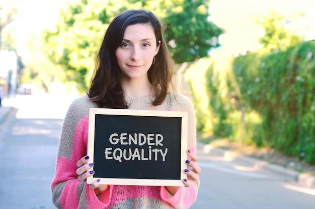Vrouw met schoolbord met