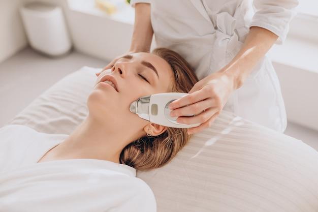 Vrouw met schoonheidsbehandelingsprocedures in een salon