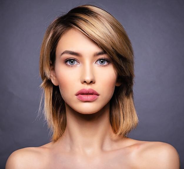 Vrouw met schoonheidsgezicht en schone huid.