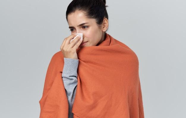 Vrouw met servet gezondheidsproblemen oranje plaid allergie.
