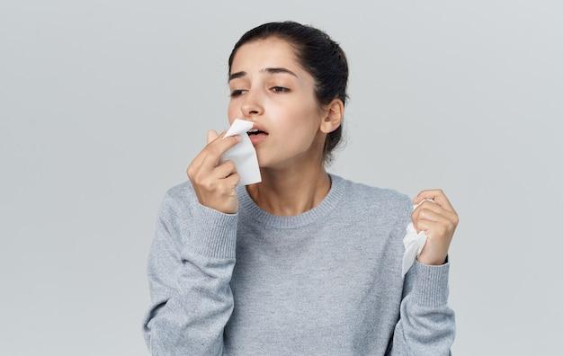 Vrouw met servet in de buurt van gezicht gezondheidsproblemen loopneus griep