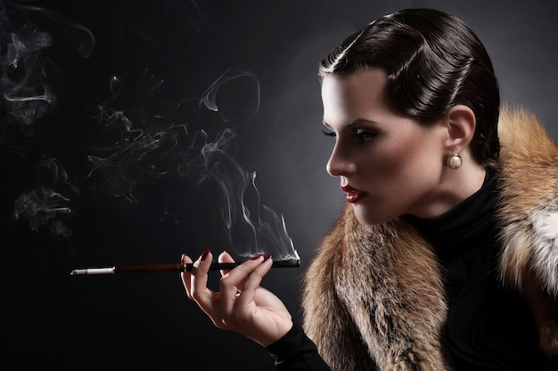Vrouw met sigaret in vintage afbeelding