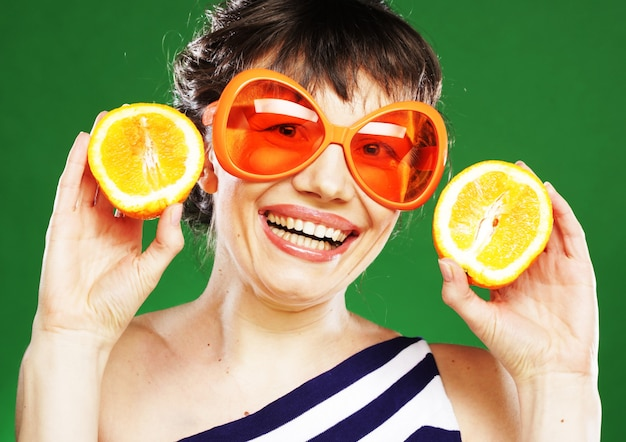 Vrouw met sinaasappelen