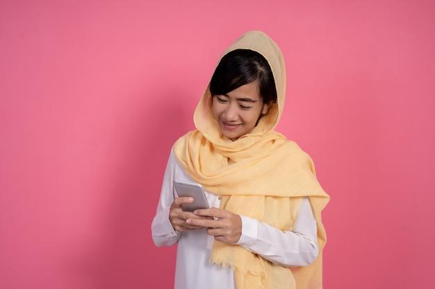 Vrouw met sjaal texting met behulp van haar slimme telefoon